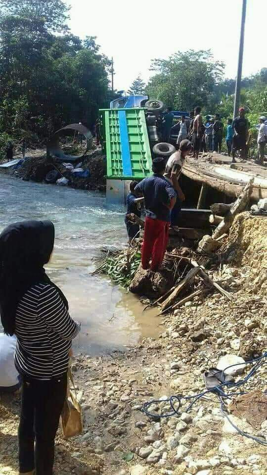 Jembatan Ambruk, Truck Angkutan Barang Terguling