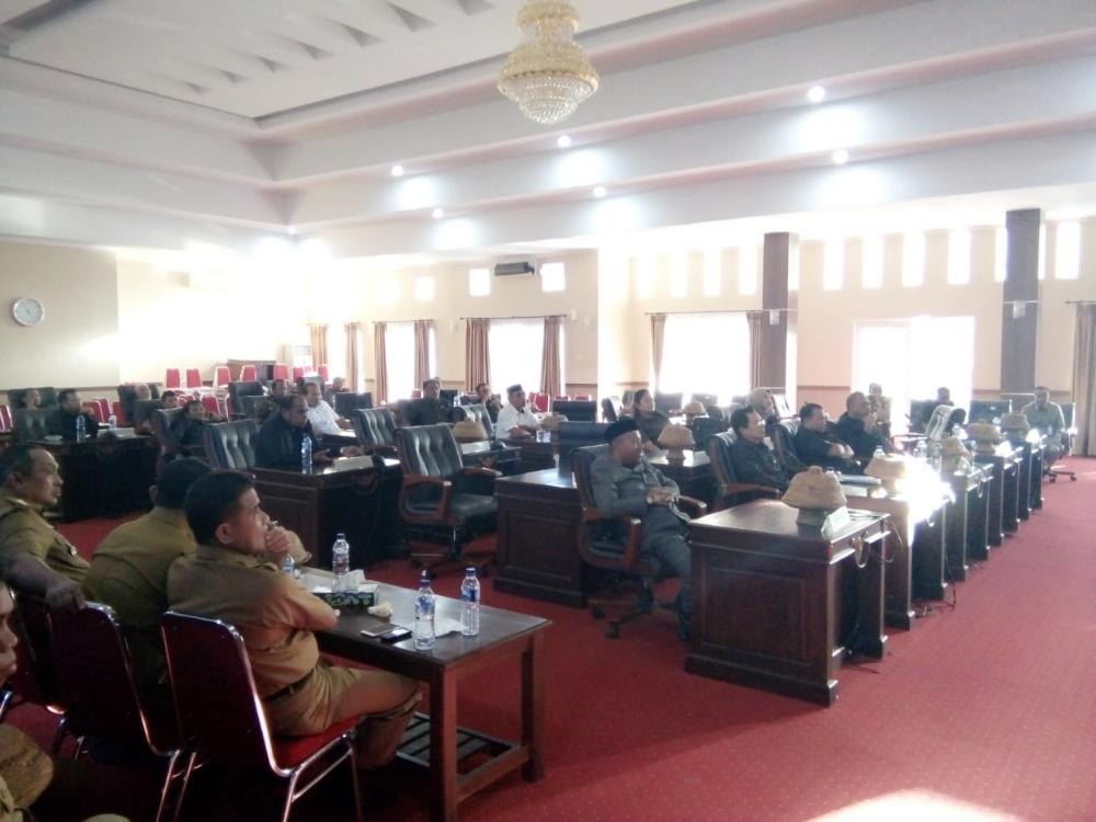 Suasa Rapat paripurna DPRD Muna atas persetujuan pinjaman Pemerintah Kabupaten Muna ke Bank Sultra dan Bank Jawa Tengah