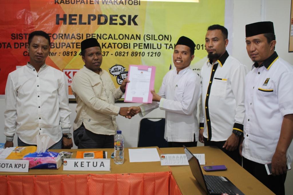 Ketgam Ketua KPUD Kabupaten Wakatobi,La Ode Abdul Rajab,SPi.,M.Pd menerima berkas Caleg PKS yang telah dinyatakan memenuhi persyaratan