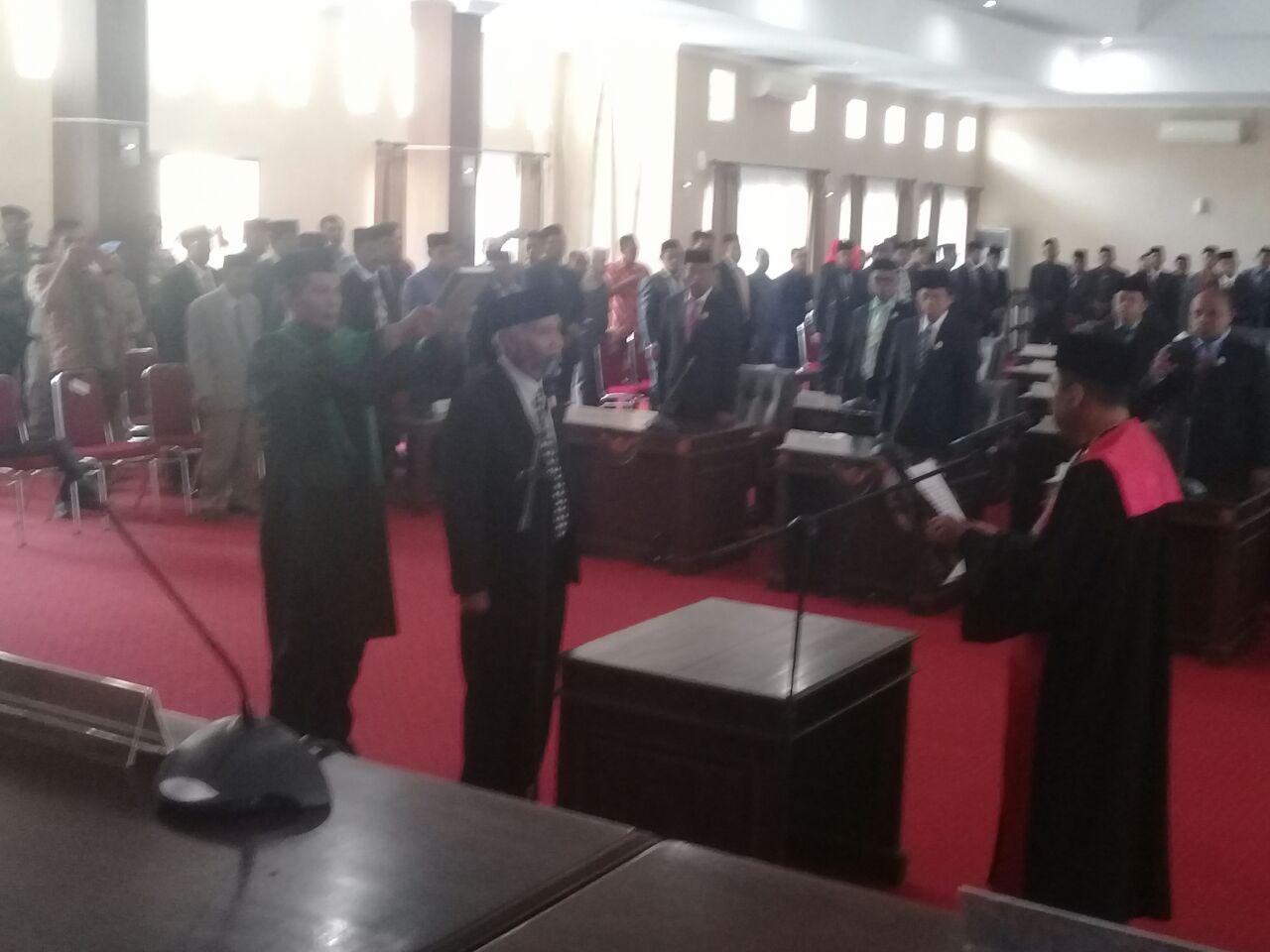 Rapat paripurna istimewa peresmian dan pengucapan sumpah janji ketua DPRD Muna sisa masa jabatan 2014-2019 dari Mukmin Naini kepada dr. LM Abdul Rajab Biku