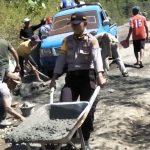 Gotong Royong Pengerjaan Jalan Rusak Kabaena