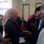Wakil Bupati Kabupaten Wakatobi,Ilmiati Daud saat menyalami 9 pejabat pengadilan negeri Wangi-Wangi yang dilantik