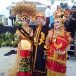 Perwakilan Kemenpar RI lewat Asisten Deputi strategi dan komunikasi pemasaran, Hariyanto.S.Sos.MM berpose bersama dua gadis belia asal Wakatobi