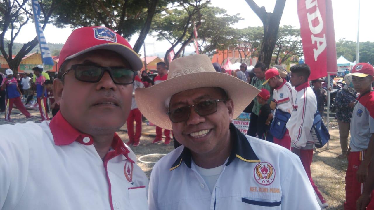 Ketua Harian KONI Muna, Ashar Dulu (kiri) bersama Ketua KONI Muna, Laode Diyrun (kanan)