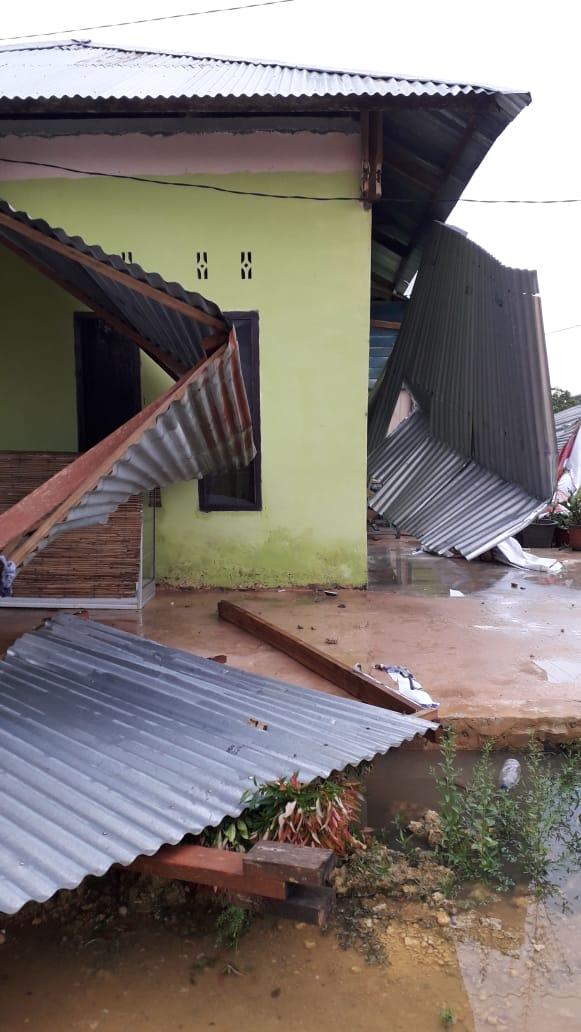 Salah Satu Bangunan yang roboh Akibat diterjang angin puting beliung