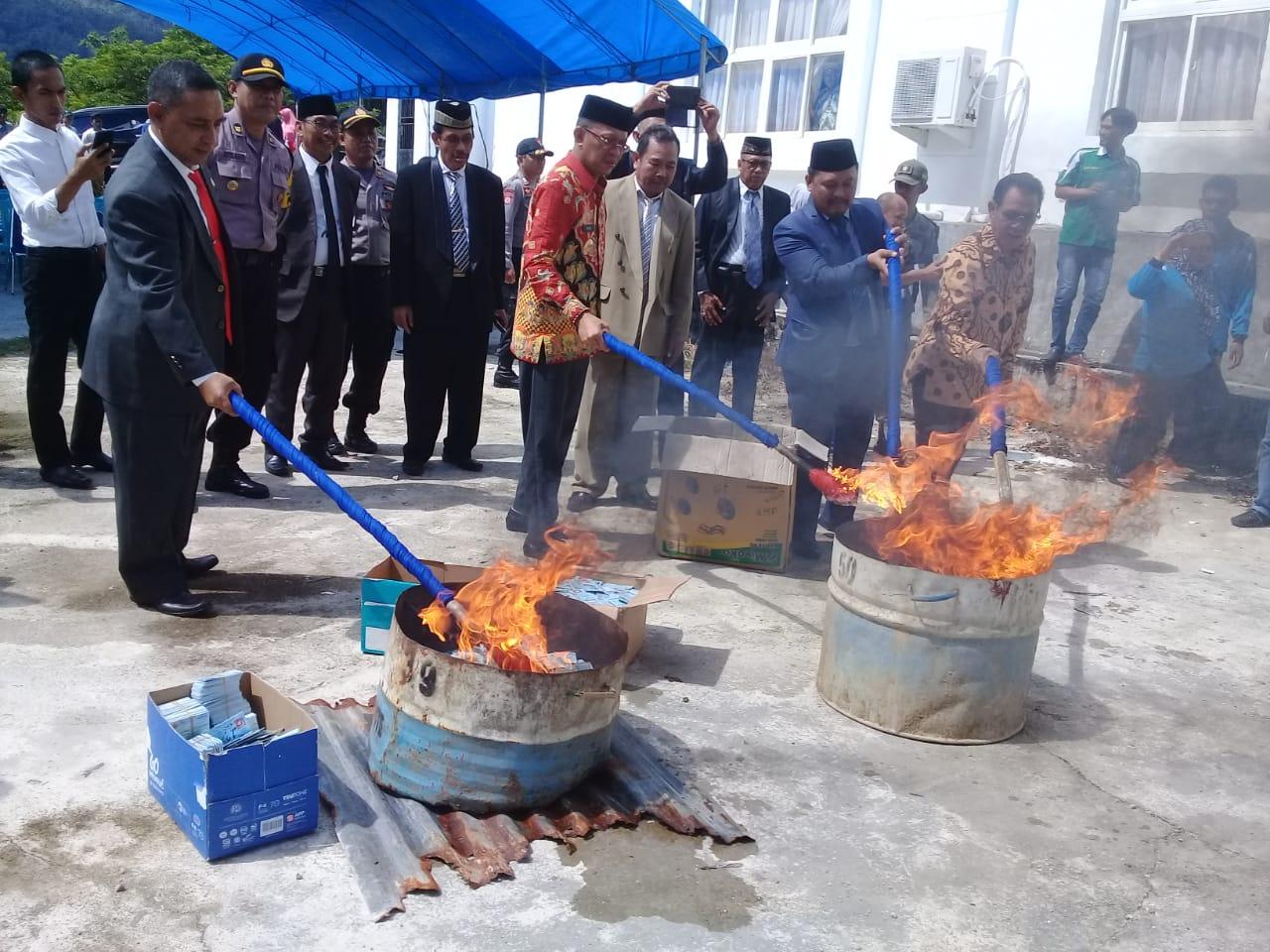 Bupati Bombana, Ketua DPRD, Sekda dan Kepala Kejari Bombana didaulat menyalakan Api tanda dimusnahkannya Belasan Ribu KTP EL