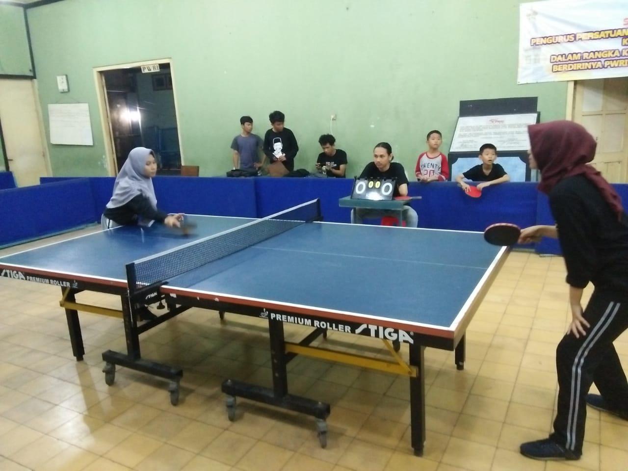 Amalia saat bertanding di Final Tenis meja antar Paguyuban seluruh Indonesia