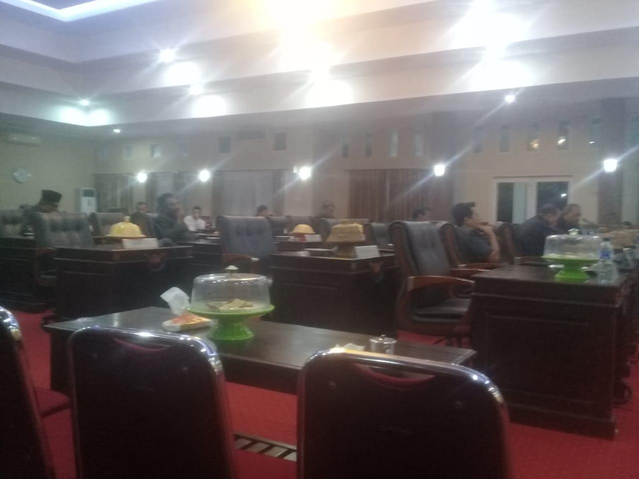 Kondisi ruang paripurna dewan, banyak kursi kosong akibat anggota tidak quorum