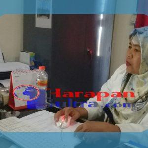 Foto Dra. Marliah Kamal selaku Kasubag KAK IAIN Kendari tengah monitoring pendaftaran Maba Jalur SPAN-PTKIN