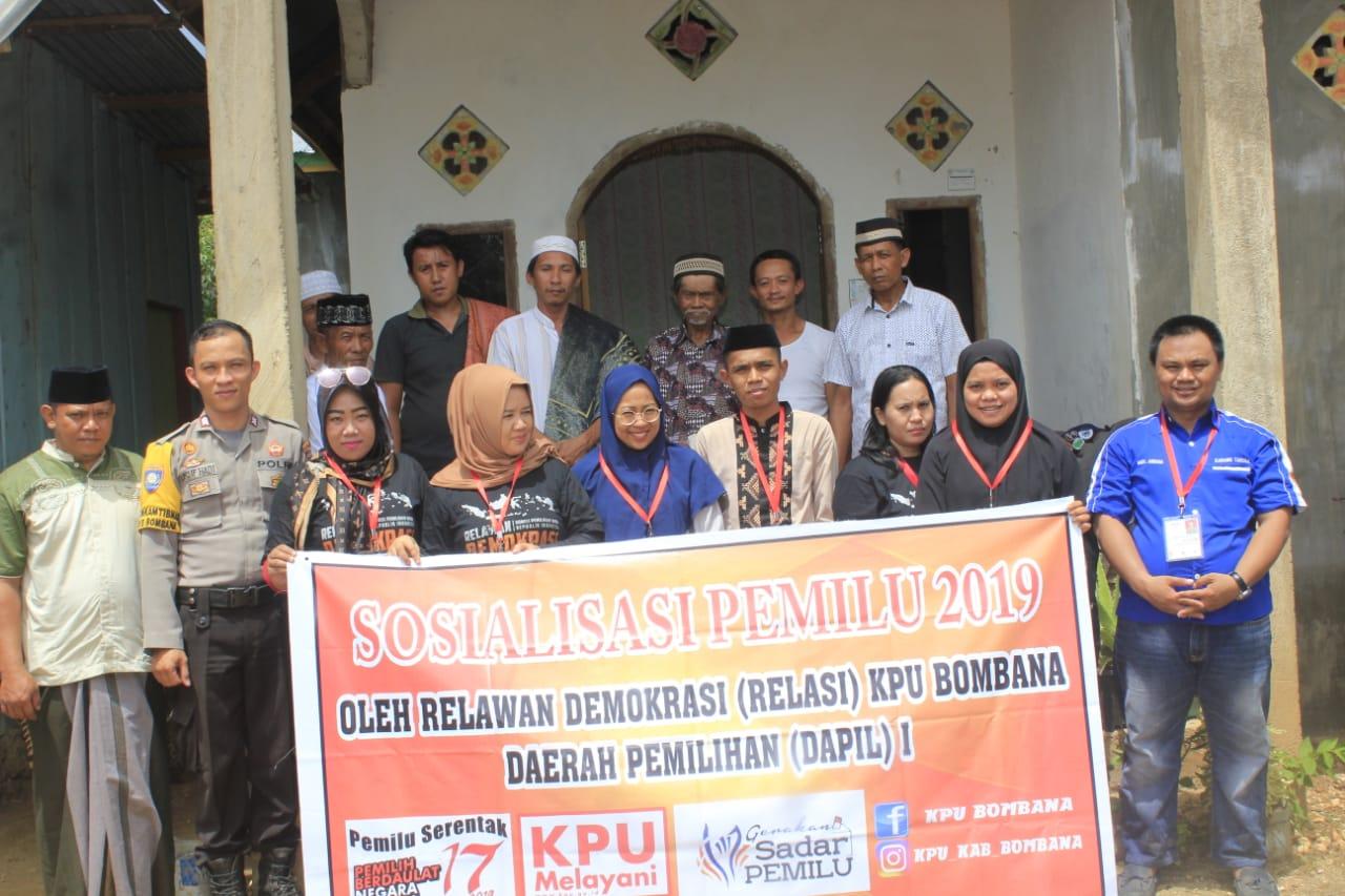 Foto bersama Relawan Demokrasi saat melakukan sosialisasi di Mataoleo