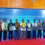 Foto bersama saat kunjungan Gubernur BI di Wakatobi