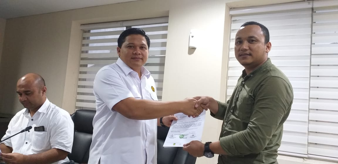 Forsemesta Sultra saat menyerahkan laporan kepada Dirjen Minerba Kementrerian ESDM RI yang diterima oleh Ogi Dayantara, SH.,MH (Kasubag pertimbangan Hukum Minerba)