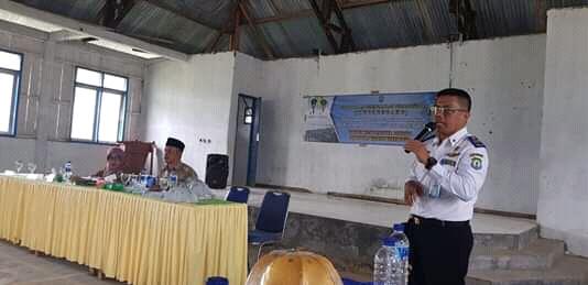 Foto : Rahman, SH., MM saat Menanggapi pertanyaan dan usulan warga Kabaena disaat Musrembang Kecamatan Berlangsung.
