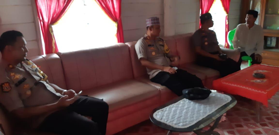 Foto: HS/Kapolres Bombana di kediaman Ibu Nuraeni (40)/Hir