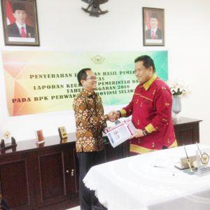 Bupati Muna, Rusman Emba saat menerima penghargaan WTP dari BPK RI