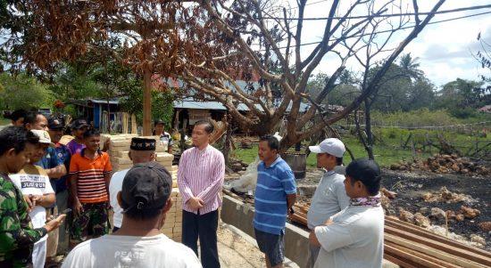 LM. Baharuddin saat menyalurkan Bantuan