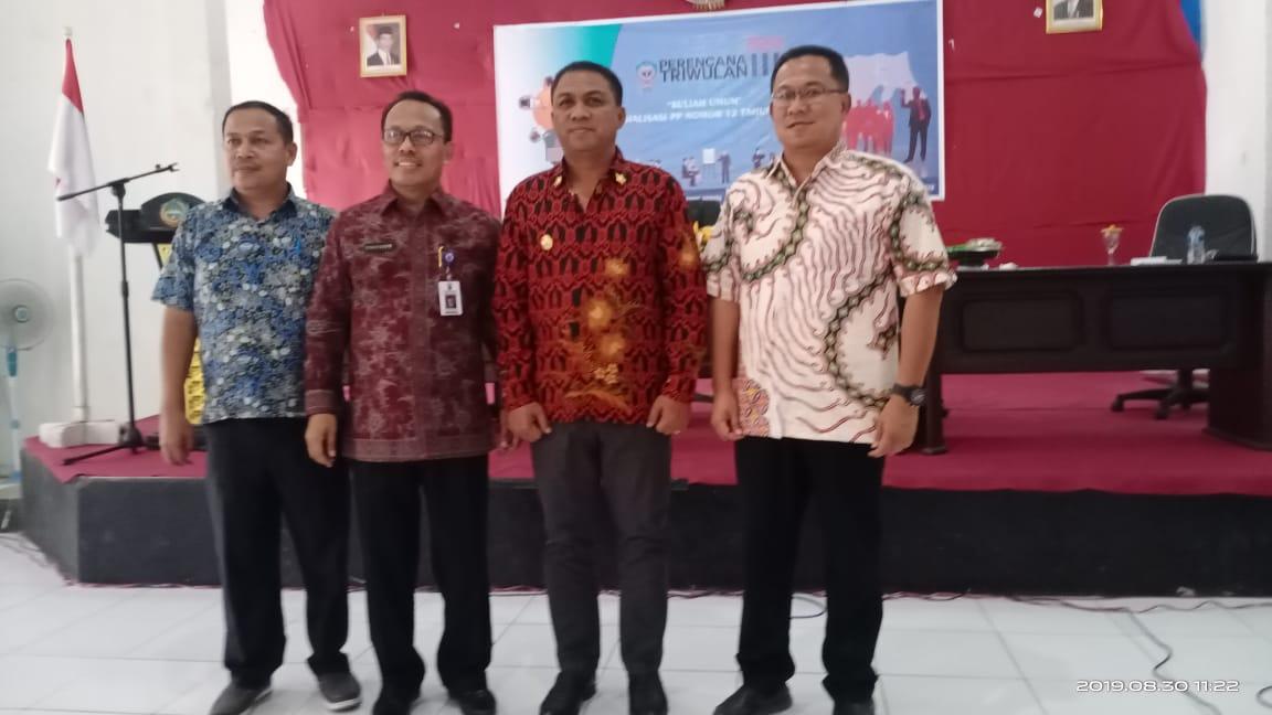 Foto Dari kiri : Asisten 3 Busel, Dirjen Bina Keuangan Daerah Kementerian Dalam Negeri, Drs. Syarifuddin, Bupati Busel H. La Ode Arusani dan Kepala Bappeda, L.A. Sufi Hisanuddin, S.Sos, M.Si