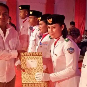 Foto Bupati Busel, H. La Ode Arusani saat memberikan piagam penghargaan kepada perwakilan paskibraka Buton Selatan