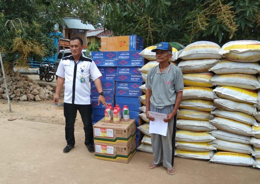 Rimbu (kiri), Saat menyerahkan bantuan pada Ketua Kelompok Tani