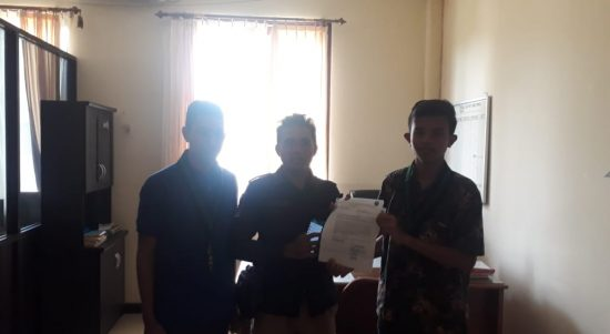 Deden Syah (kiri), Bripka Alisonald, SH, Pamin 3 Unprodok Subbidpaminal Bidpropam Polda Sultra (Tengah) Fajar Nur Yusuf (Kanan)