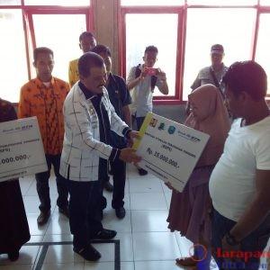 Pemberian Bantuan oleh bupati Wakatobi, H. Arhawi, SE MM kepada masyarakat