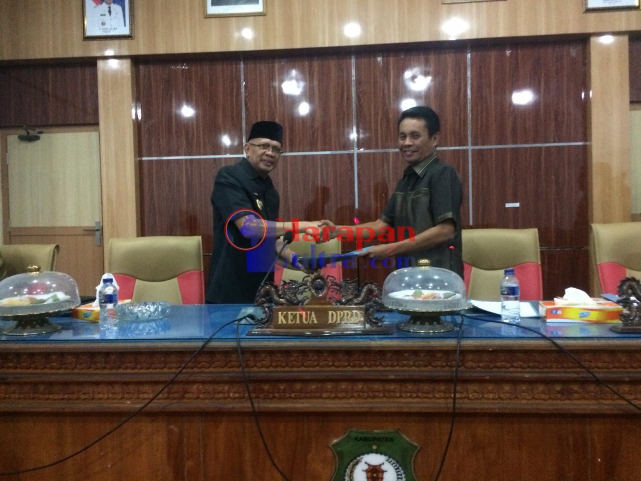 Bupati Bombana (kiri) saat menyerahkan Raperda APBD-P 2019 yang diterima Wakil Ketua DPRD Bombana, Ahmad Mujahid (kanan)