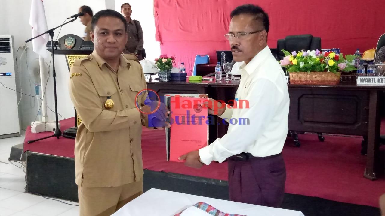 Bupati Busel saat menyerahkan dokumen KUA APBD Perubahan kepada Wakil Ketua DPRD