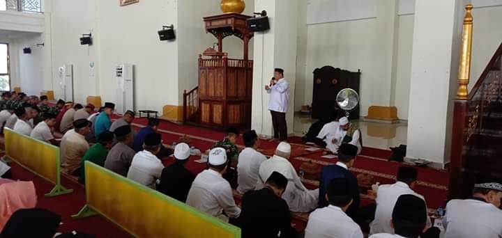 Bupati Muna, Rusman Emba saat memberikan sambutan pada kegiatan Dzikir Akbar menyambut Tahun Baru Islam 1441 H