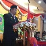 Bupati Muna, Rusman Emba saat membawakan sambutan pada acara Pelantikan Anggota DPRD Muna