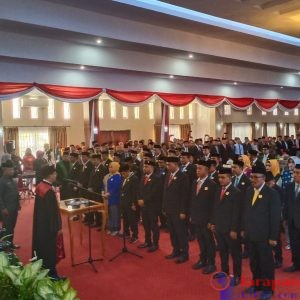Ketua PN Raha, Catur Prasetyo saat melantik 30 anggota DPRD Muna.