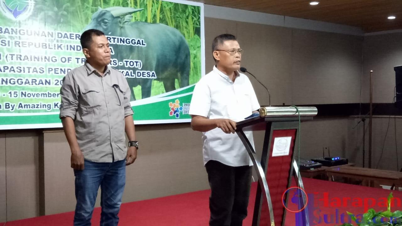 Tenaga Ahli Pengembangan Ekonomi Desa Kabupaten Kolaka Naskun Tatawu (Berbaju Putih) saat didaulat untuk menyampaikan Pesan dan Kesan mewakili Peserta