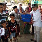 Plt Kepala Dinas Sosial Kabupaten Buton Selatan, Insaanu, SKM, M, Si, saat menyerahkan Bantuan pada korban musibah kebakaran