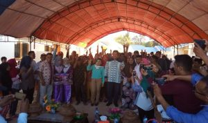Bupati Muna, Rusman Emba saat menyerahkan Bantuan Rumah Nelayan kepada Warga