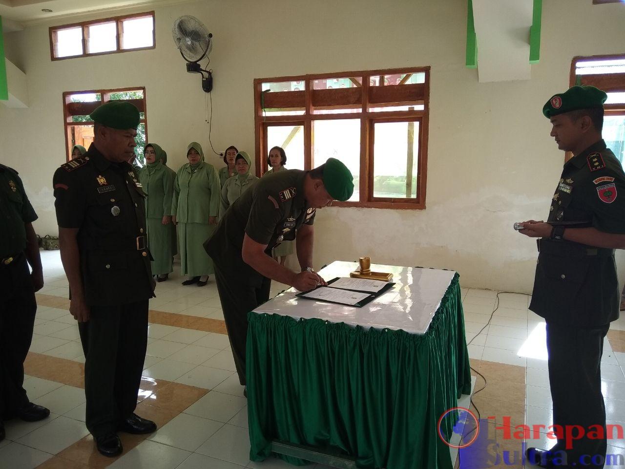 Komandan Kodim 1416/Muna, Letkol Inf Febi Triandoko, M.Si (Han) pada saat menyaksikan anggotanya menandatangani serah terima jabatan