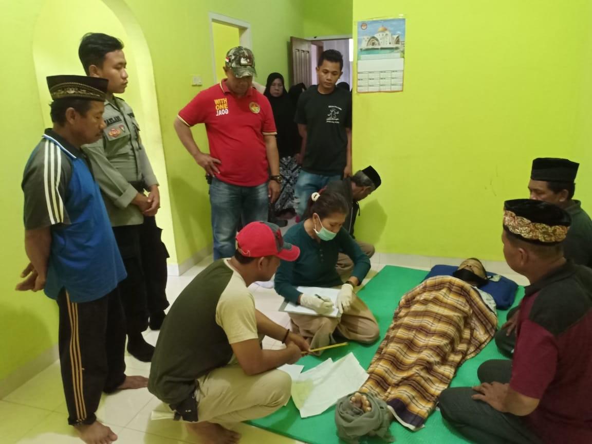 Kapolsek Tongkuno, IPDA Muhamad Nexon Ode Bio (baju merah) saat menyaksikan proses pemeriksaan terhadap korban gantung diri