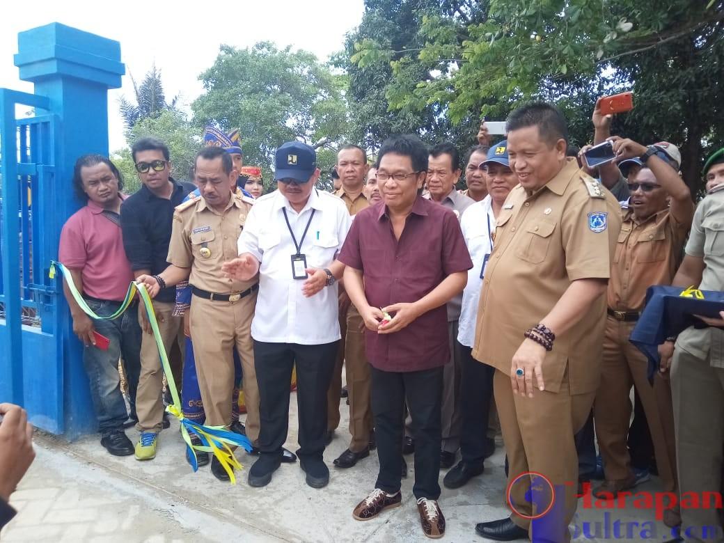 Bupati Muna, LM Rusman Emba bersama Ridwan Bae Pada saat Peresmian SPAM Di Desa Pintoro
