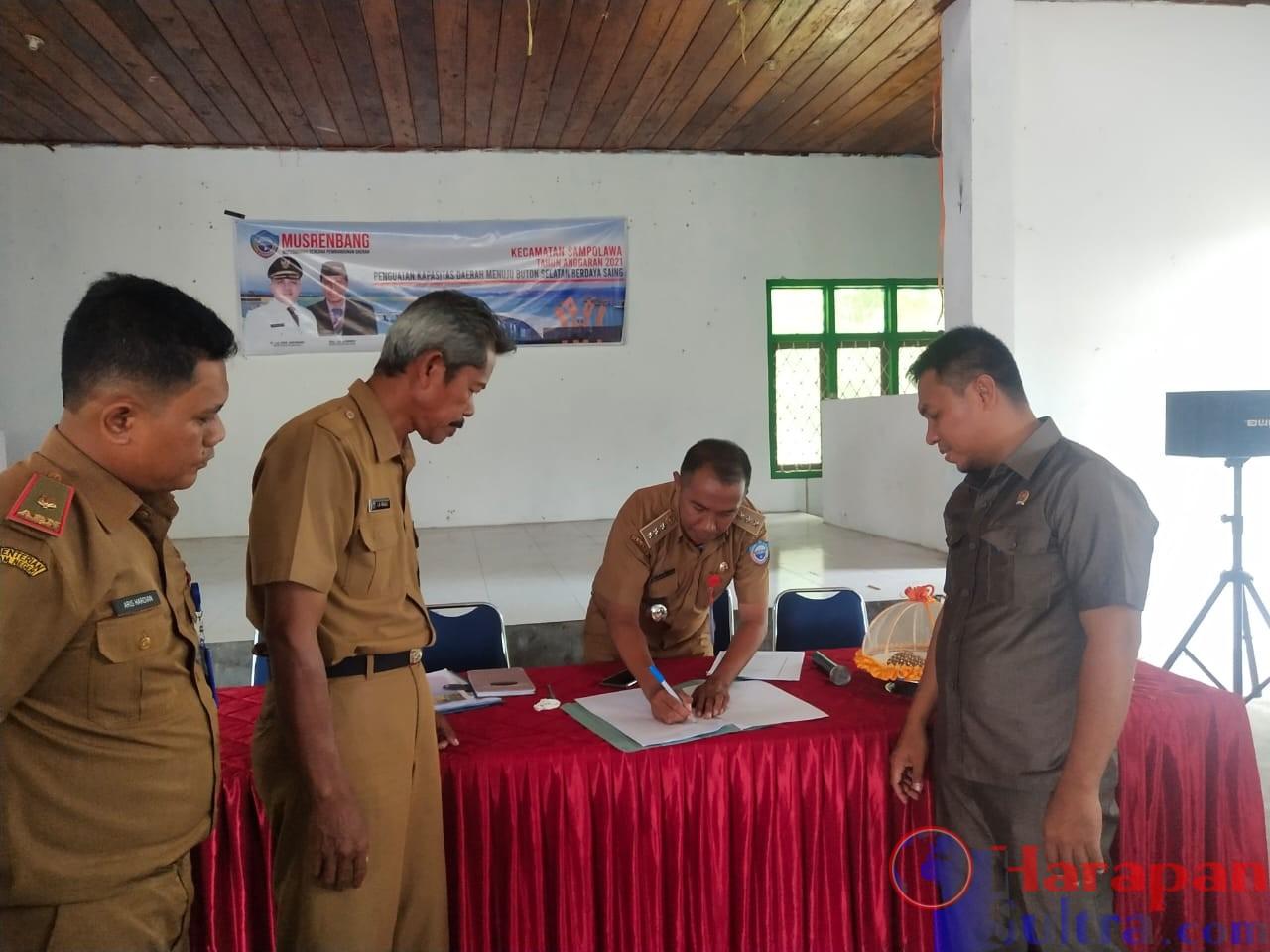Penandatanganan berita acara kesepakatan usulan perioritas Desa tahun 2021 oleh Camat Sampolawa dan disaksikan oleh Anggota DPRD dan Sekertaris Bappeda Busel