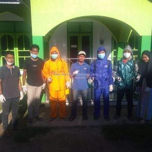 Foto Bersama Pemuda Pulau Makasar sebelum melakukan penyemprotan disinfektan