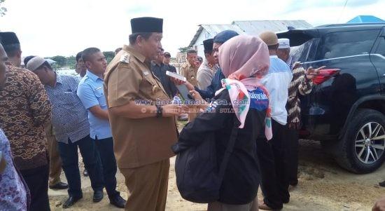 Bupati Muna, LM Rusman Emba saat Diwawancarai Beberapa Awak Media