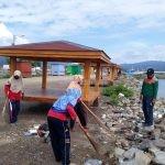 Pegawai DLH Bombana saat membersihkan Sampah di Area RTH Bombana