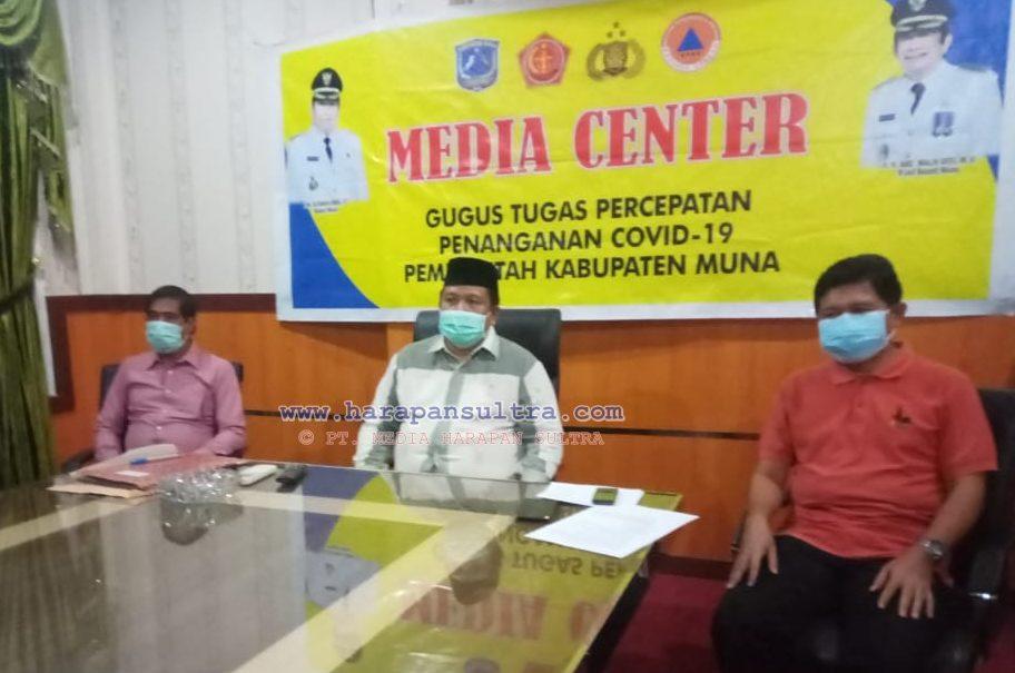 Ketgam : Bupati Muna LM Rusman Emba ST bersama Tim Jubir Satgas melakasanakan Jumpa Pers