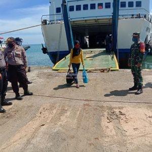 Danramil 1413-05 Kabaena menggelar Penjagaan Terpadu Bersama Satgas Siaga Covid-19 di Pelabuhan Sikeli