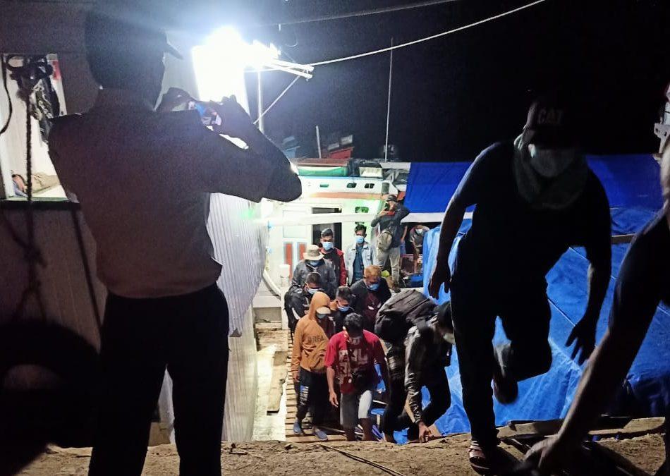 Para Pekerja Saat Tiba di Pelabuhan Sikeli, Kabaena Barat