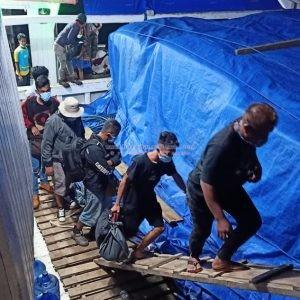 Para Pekerja Saat Tiba di Pelabuhan Sikeli