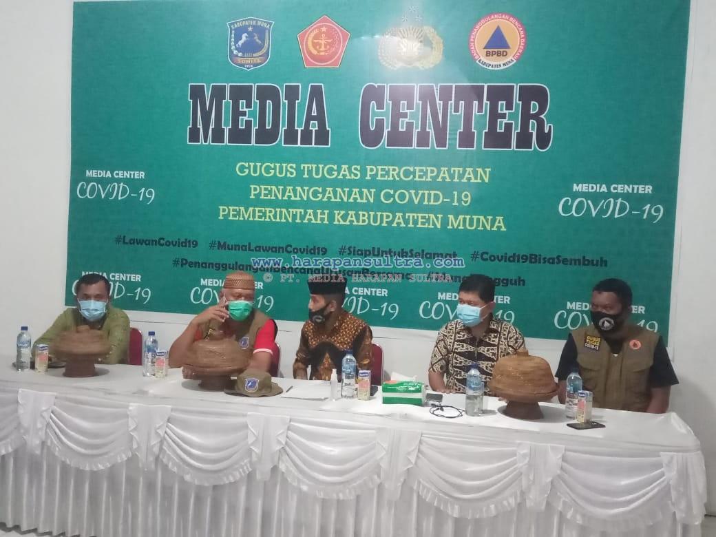 Ketgam : Juru Bicara Gugus Tugas Percepatan Penanganan Covid-19, dr. Laode Ahmad Wahid Agigi bersama anggotanya saat jumpa Pers malam tanggal (22/5/2020) di Kantor BPBD Muna