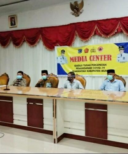 Jubir Satgas COVID-19 Muna, dr La Ode Abdul Wahid Agigi bersama Bupati Muna, LM Rusman Emba saat mengumumkan tiga pasien yang sembuh.