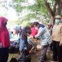Ketgam : Bupati Muna LM Rusman Emba ST Bersama Kadinsos Muna La Kore saat menyerahkan secara langsung BPNT.