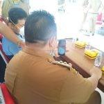 Bupati Muna LM Rusman Emba ST pada saat melakukan komunikasi melalui via video call WhatsApp (WA) bersama salah satu pasien.