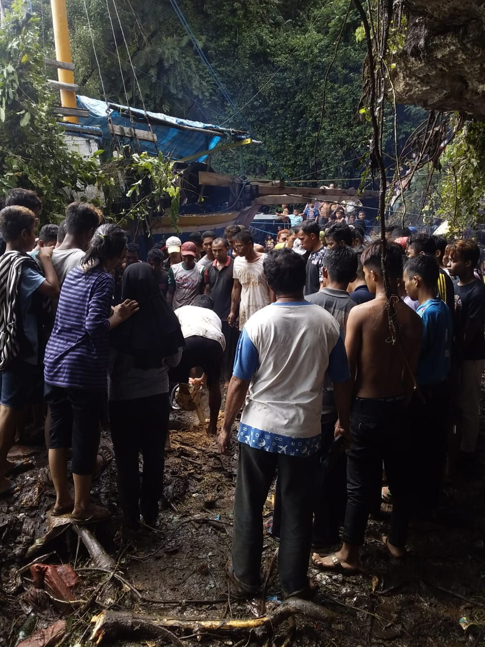 Kerumunan Warga saat mengevakuasi korban