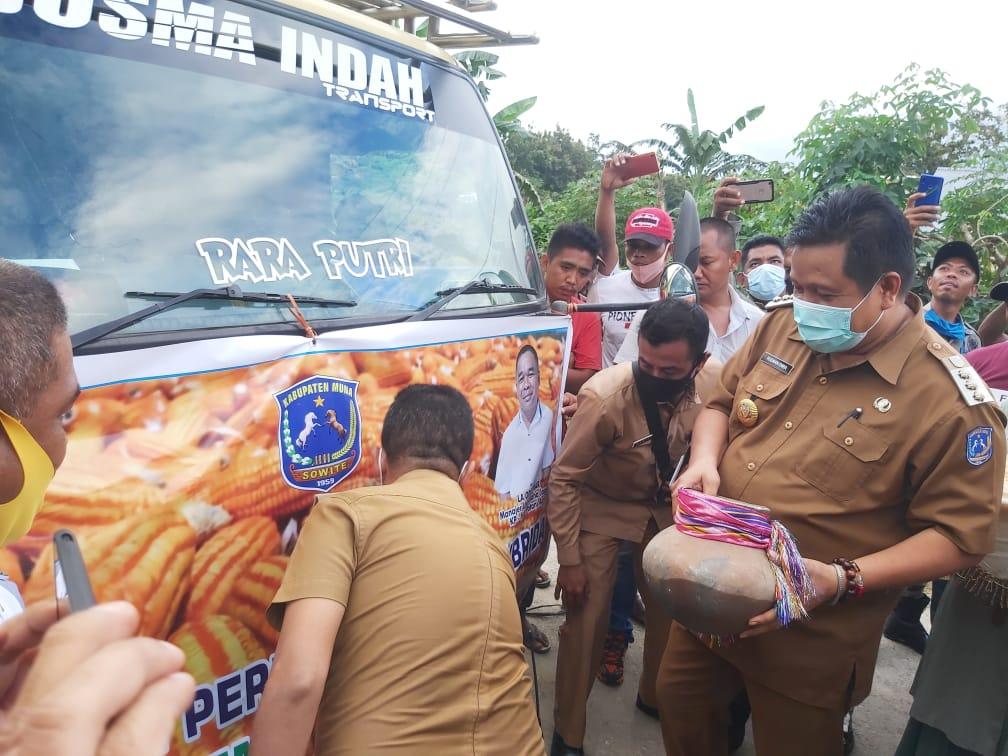 Ketgam : Bupati Muna, LM Rusman Emba melepas pengiriman 44 ton jagung ke Blitar. Foto : Borju
